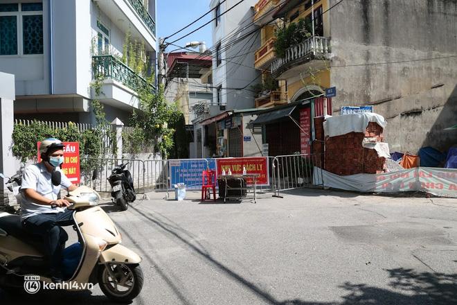 Hà Nội: Phong tỏa khu dân cư ở quận Long Biên nơi 6 người trong gia đình dương tính SARS-CoV-2 - ảnh 4