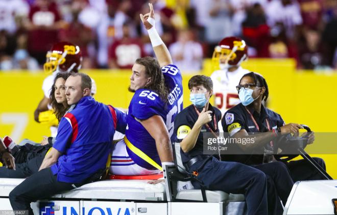 Cầu thủ bóng bầu dục Mỹ gây ớn lạnh với khoảnh khắc gãy gập chân, nét mặt sau chấn thương khiến tất cả kinh ngạc - ảnh 2
