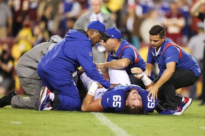 Cầu thủ bóng bầu dục Mỹ gây ớn lạnh với khoảnh khắc gãy gập chân, nét mặt sau chấn thương khiến tất cả kinh ngạc - ảnh 9