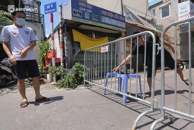 Ảnh: Phong toả 1 ngõ ở Giáp Nhị, tìm người tiêm vắc-xin liên quan ca F0 bán rau củ tại quận Hoàng Mai - ảnh 7