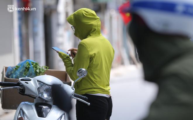 Ảnh: Phong toả 1 ngõ ở Giáp Nhị, tìm người tiêm vắc-xin liên quan ca F0 bán rau củ tại quận Hoàng Mai - ảnh 6