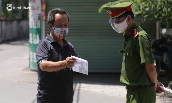Ảnh: Phong toả 1 ngõ ở Giáp Nhị, tìm người tiêm vắc-xin liên quan ca F0 bán rau củ tại quận Hoàng Mai - ảnh 5