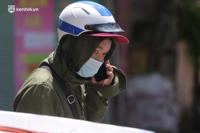 Ảnh: Phong toả 1 ngõ ở Giáp Nhị, tìm người tiêm vắc-xin liên quan ca F0 bán rau củ tại quận Hoàng Mai - ảnh 9