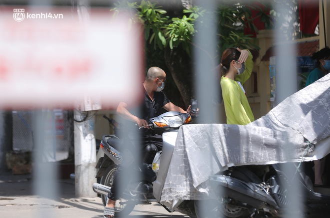 Ảnh: Phong toả 1 ngõ ở Giáp Nhị, tìm người tiêm vắc-xin liên quan ca F0 bán rau củ tại quận Hoàng Mai - ảnh 3
