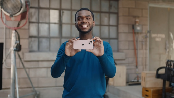 """Bị chê nhàm chán, iPhone 13 vẫn bán """"đắt như tôm tươi"""": Màu xanh và hồng """"cháy hàng"""" chỉ sau vài phút! - ảnh 3"""