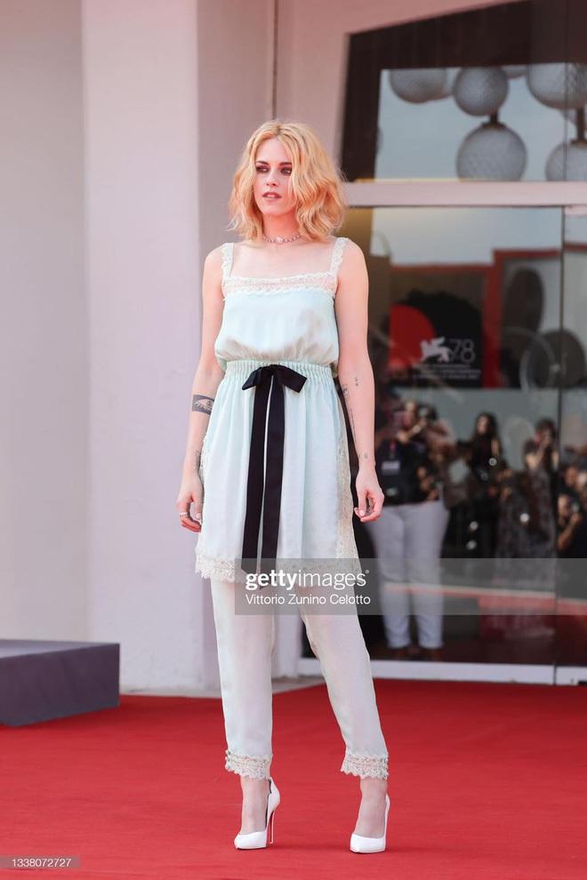 Sau Kristen Stewart, đến Anya Taylor-Joy cũng hóa nàng thơ bên set đồ ngủ lụa óng ả - ảnh 7