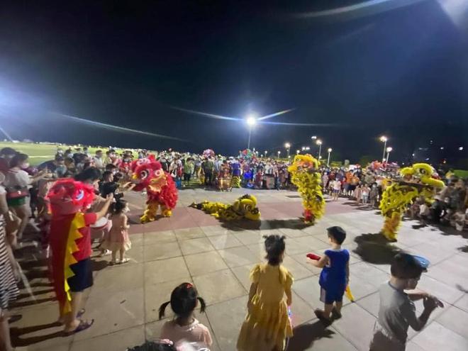 """""""Biển người"""" Quảng Ninh chen chân đổ về quảng trường đón Tết trung thu sớm dịp cuối tuần - Ảnh 5."""