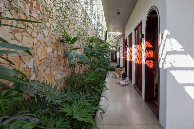 Nhà 320m2 ở Tây Nguyên với vibe thư thái an yên quá đỗi, mê nhất là khu giếng trời đẹp như resort - Ảnh 15.