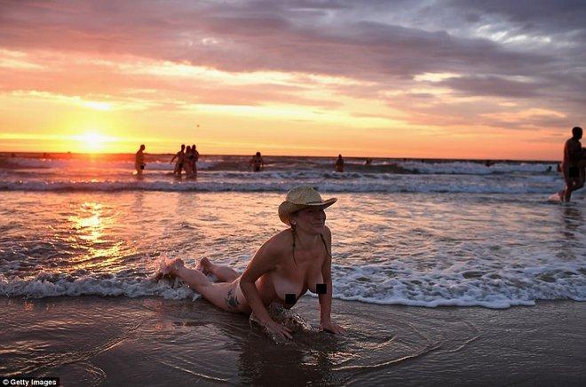 800 người rủ nhau ra bãi biển khỏa thân nhảy múa để đón chào mùa thu - ảnh 2