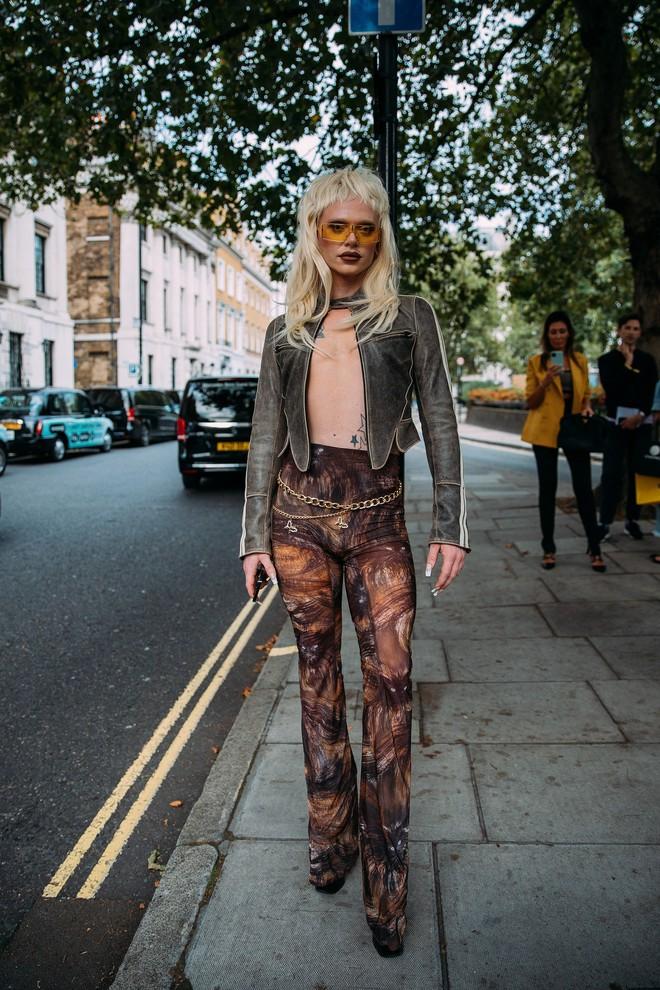 Dân tình bung lụa tại London Fashion Week: Khả năng chơi màu như phù thủy, độ chiến lên level sau 1 năm im ắng - ảnh 1