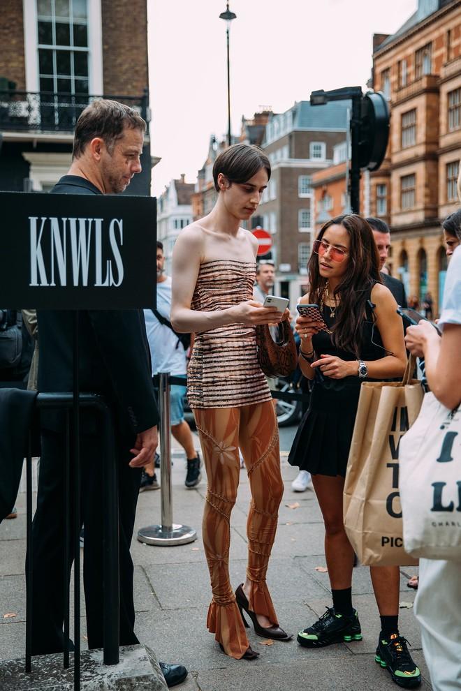 Dân tình bung lụa tại London Fashion Week: Khả năng chơi màu như phù thủy, độ chiến lên level sau 1 năm im ắng - ảnh 2