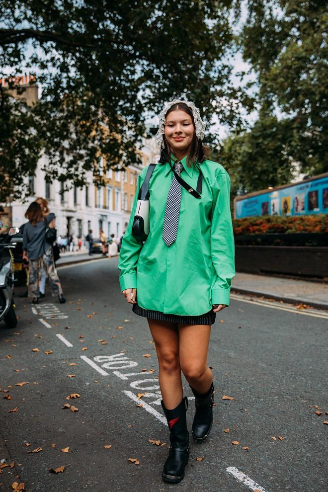 Dân tình bung lụa tại London Fashion Week: Khả năng chơi màu như phù thủy, độ chiến lên level sau 1 năm im ắng - ảnh 23