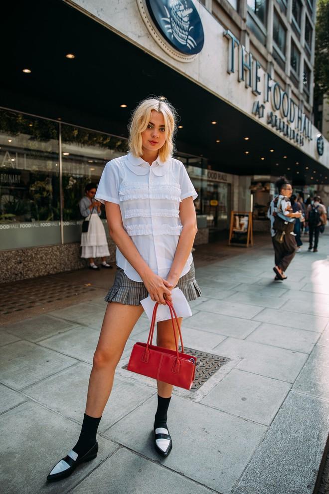 Dân tình bung lụa tại London Fashion Week: Khả năng chơi màu như phù thủy, độ chiến lên level sau 1 năm im ắng - ảnh 22