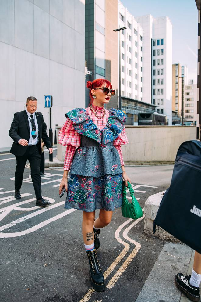 Dân tình bung lụa tại London Fashion Week: Khả năng chơi màu như phù thủy, độ chiến lên level sau 1 năm im ắng - ảnh 15