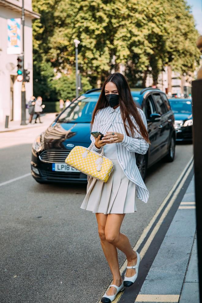 Dân tình bung lụa tại London Fashion Week: Khả năng chơi màu như phù thủy, độ chiến lên level sau 1 năm im ắng - ảnh 11