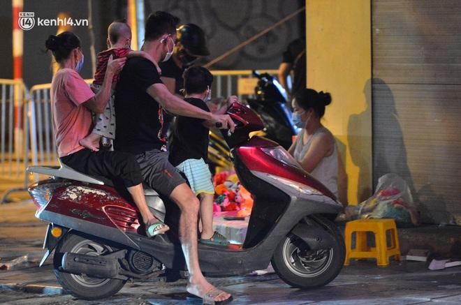 Ảnh: Đêm trước khi chuyển về Chỉ thị 15, người lớn trẻ nhỏ Hà Nội đã đổ lên phố cổ chơi Trung thu sớm - ảnh 4