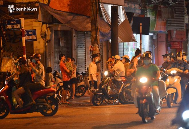 Ảnh: Đêm trước khi chuyển về Chỉ thị 15, người lớn trẻ nhỏ Hà Nội đã đổ lên phố cổ chơi Trung thu sớm - ảnh 2