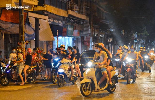 Ảnh: Đêm trước khi chuyển về Chỉ thị 15, người lớn trẻ nhỏ Hà Nội đã đổ lên phố cổ chơi Trung thu sớm - ảnh 7