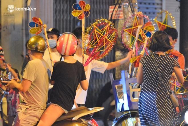 Ảnh: Đêm trước khi chuyển về Chỉ thị 15, người lớn trẻ nhỏ Hà Nội đã đổ lên phố cổ chơi Trung thu sớm - ảnh 3