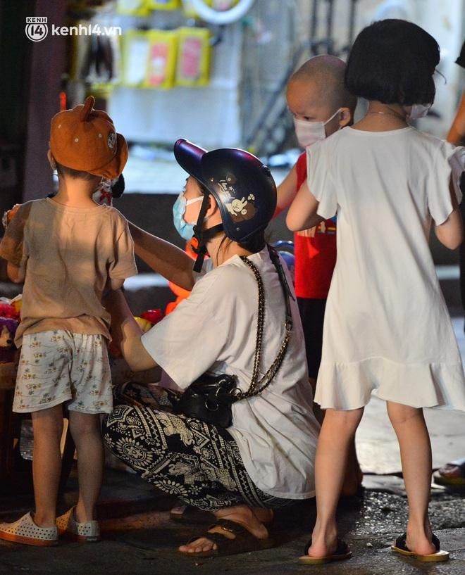 Ảnh: Đêm trước khi chuyển về Chỉ thị 15, người lớn trẻ nhỏ Hà Nội đã đổ lên phố cổ chơi Trung thu sớm - ảnh 6