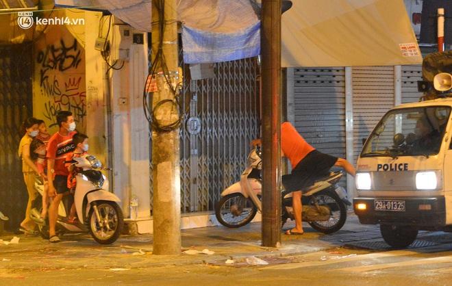 Ảnh: Đêm trước khi chuyển về Chỉ thị 15, người lớn trẻ nhỏ Hà Nội đã đổ lên phố cổ chơi Trung thu sớm - ảnh 10