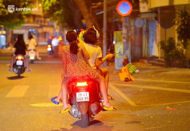 Ảnh: Đêm trước khi chuyển về Chỉ thị 15, người lớn trẻ nhỏ Hà Nội đã đổ lên phố cổ chơi Trung thu sớm - ảnh 9