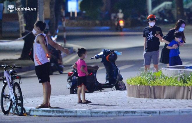 Ảnh: Đêm trước khi chuyển về Chỉ thị 15, người lớn trẻ nhỏ Hà Nội đã đổ lên phố cổ chơi Trung thu sớm - ảnh 14