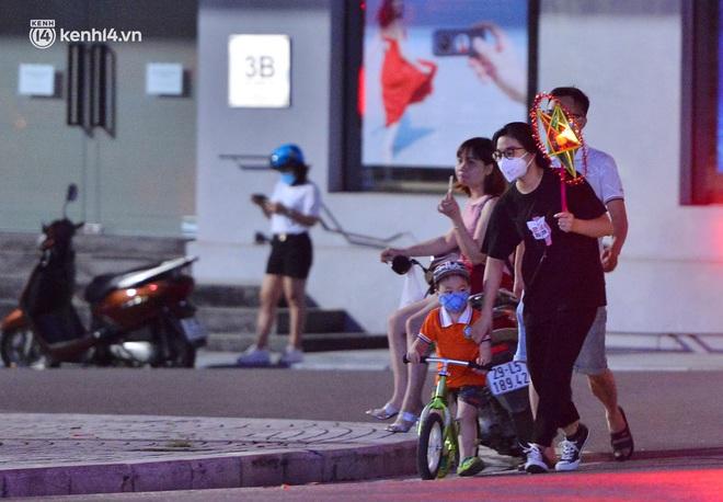 Ảnh: Đêm trước khi chuyển về Chỉ thị 15, người lớn trẻ nhỏ Hà Nội đã đổ lên phố cổ chơi Trung thu sớm - ảnh 15