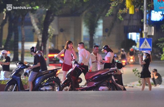 Ảnh: Đêm trước khi chuyển về Chỉ thị 15, người lớn trẻ nhỏ Hà Nội đã đổ lên phố cổ chơi Trung thu sớm - ảnh 16