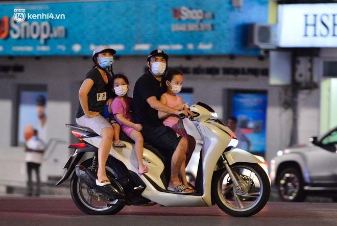 Ảnh: Đêm trước khi chuyển về Chỉ thị 15, người lớn trẻ nhỏ Hà Nội đã đổ lên phố cổ chơi Trung thu sớm - ảnh 18