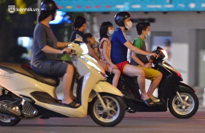 Ảnh: Đêm trước khi chuyển về Chỉ thị 15, người lớn trẻ nhỏ Hà Nội đã đổ lên phố cổ chơi Trung thu sớm - ảnh 19