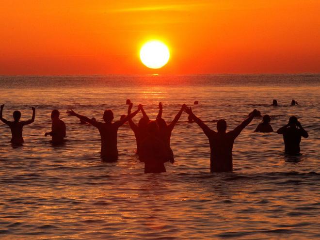 800 người rủ nhau ra bãi biển khỏa thân nhảy múa để đón chào mùa thu - ảnh 4