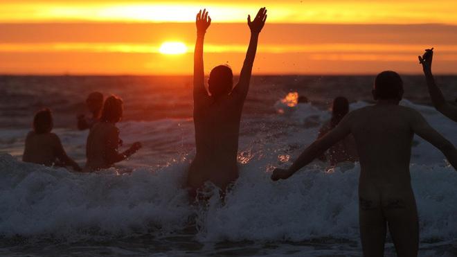 800 người rủ nhau ra bãi biển khỏa thân nhảy múa để đón chào mùa thu - ảnh 5
