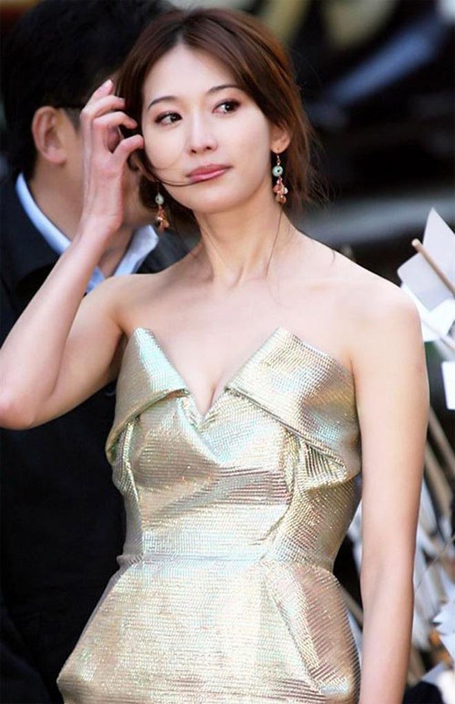 3 lần Ngọc Trinh lên báo Trung: Được ví là Angela Baby, đẹp gấp 10 lần Lâm Chí Linh, bị gán mác gợi dục trên thảm đỏ quốc tế - ảnh 9