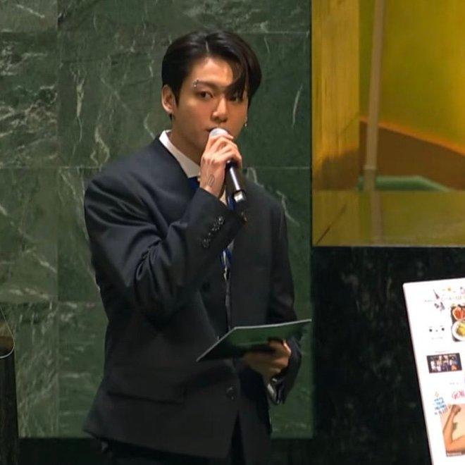 Jungkook (BTS) bùng nổ visual, từ khóa Bảo vật quốc gia leo top 1 trending toàn cầu sau màn xuất hiện quá bảnh tại Liên Hợp Quốc - ảnh 3
