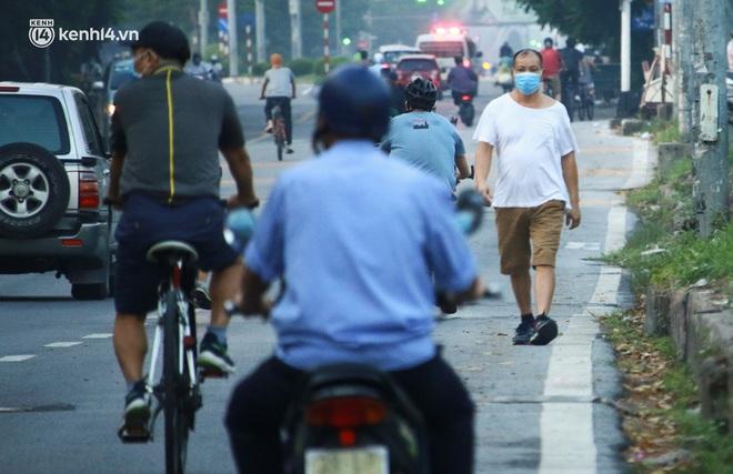 Toàn cảnh Hà Nội trong ngày đầu nới lỏng giãn cách: Đặc sản tắc đường, nhịp sống quay trở lại, người dân ùn ùn ra cửa ngõ rời Thủ đô - ảnh 2