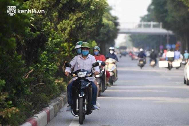 Ảnh: Hà Nội sáng đầu tiên nới lỏng giãn cách xã hội, người dân lại được trải nghiệm đặc sản tắc đường - Ảnh 18.