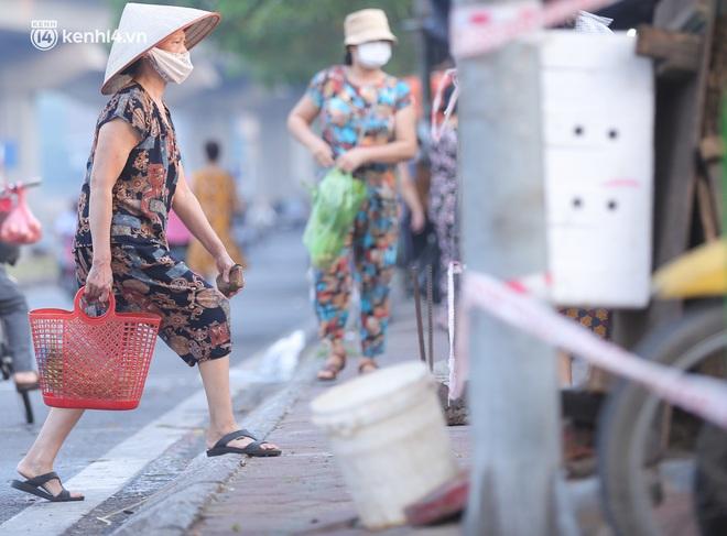 Toàn cảnh Hà Nội trong ngày đầu nới lỏng giãn cách: Đặc sản tắc đường, nhịp sống quay trở lại, người dân ùn ùn ra cửa ngõ rời Thủ đô - ảnh 5