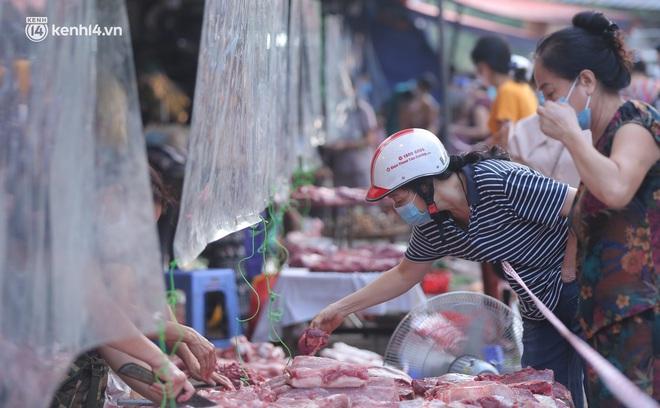 Toàn cảnh Hà Nội trong ngày đầu nới lỏng giãn cách: Đặc sản tắc đường, nhịp sống quay trở lại, người dân ùn ùn ra cửa ngõ rời Thủ đô - ảnh 6