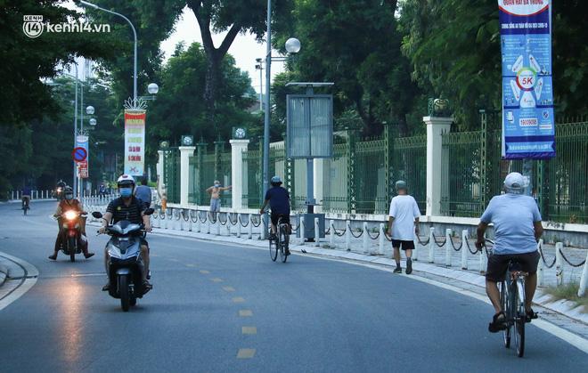 Toàn cảnh Hà Nội trong ngày đầu nới lỏng giãn cách: Đặc sản tắc đường, nhịp sống quay trở lại, người dân ùn ùn ra cửa ngõ rời Thủ đô - ảnh 1