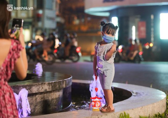 Ảnh: Trẻ nhỏ Hà Nội cùng bố mẹ vượt tắc đường lên phố cổ đón Trung thu đặc biệt - ảnh 13