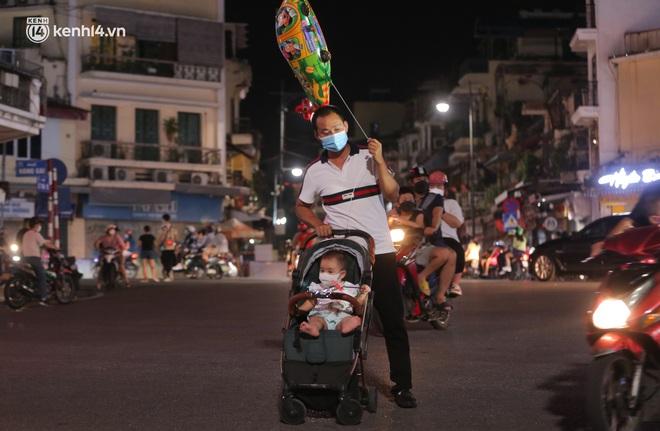 Ảnh: Trẻ nhỏ Hà Nội cùng bố mẹ vượt tắc đường lên phố cổ đón Trung thu đặc biệt - ảnh 11
