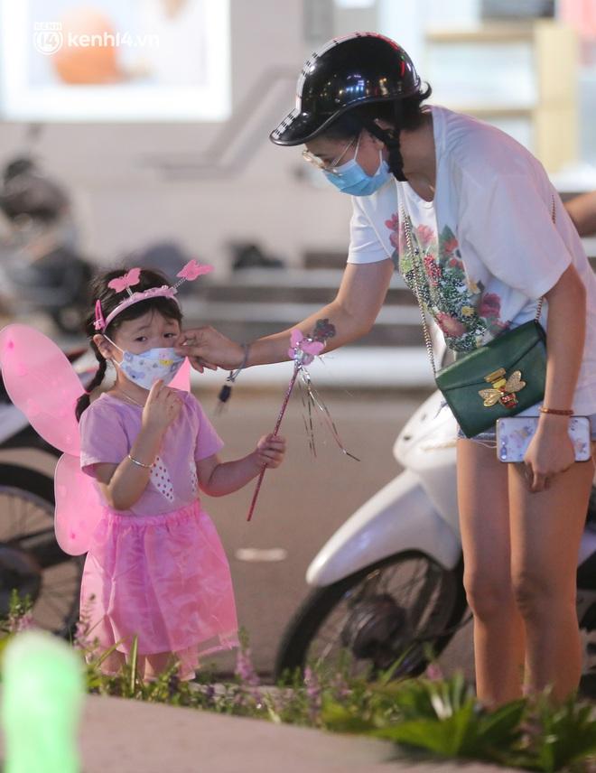 Ảnh: Trẻ nhỏ Hà Nội cùng bố mẹ vượt tắc đường lên phố cổ đón Trung thu đặc biệt - ảnh 14