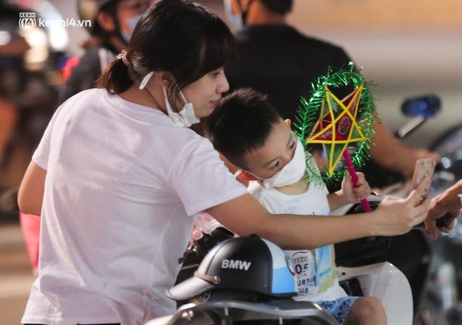 Ảnh: Trẻ nhỏ Hà Nội cùng bố mẹ vượt tắc đường lên phố cổ đón Trung thu đặc biệt - ảnh 15