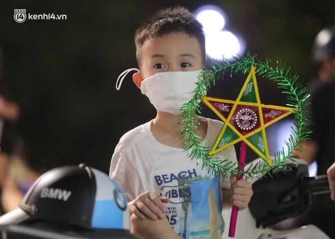 Ảnh: Trẻ nhỏ Hà Nội cùng bố mẹ vượt tắc đường lên phố cổ đón Trung thu đặc biệt - ảnh 12