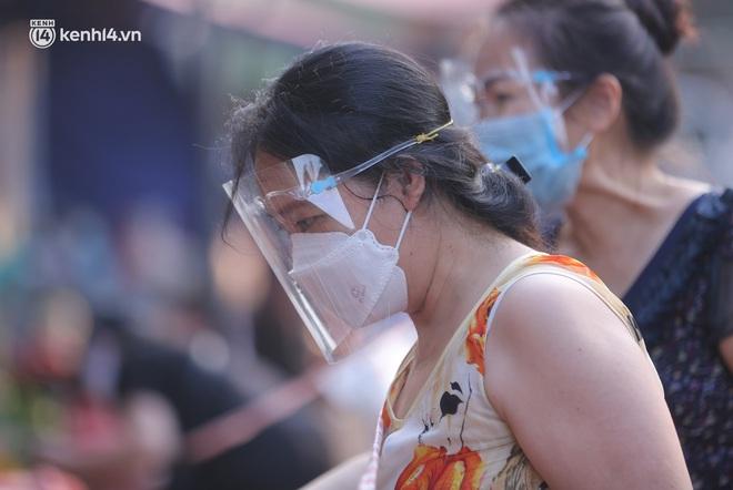 Toàn cảnh Hà Nội trong ngày đầu nới lỏng giãn cách: Đặc sản tắc đường, nhịp sống quay trở lại, người dân ùn ùn ra cửa ngõ rời Thủ đô - ảnh 7