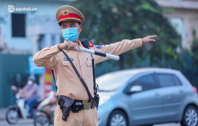 Toàn cảnh Hà Nội trong ngày đầu nới lỏng giãn cách: Đặc sản tắc đường, nhịp sống quay trở lại, người dân ùn ùn ra cửa ngõ rời Thủ đô - ảnh 24