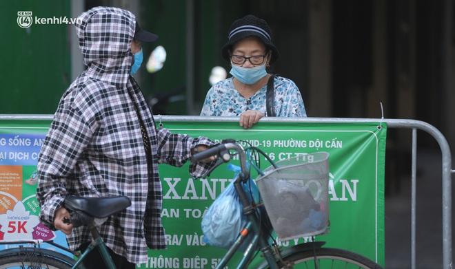 Toàn cảnh Hà Nội trong ngày đầu nới lỏng giãn cách: Đặc sản tắc đường, nhịp sống quay trở lại, người dân ùn ùn ra cửa ngõ rời Thủ đô - ảnh 13