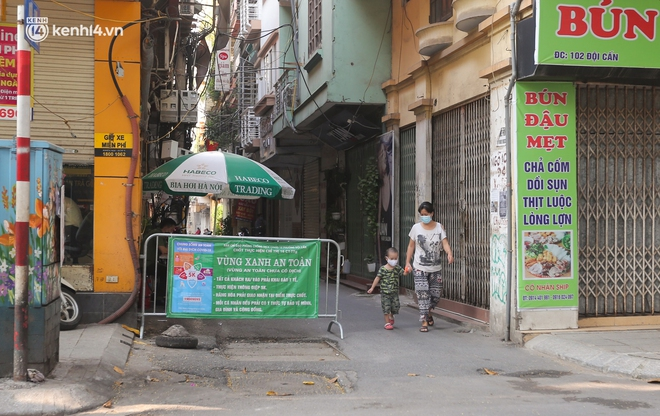 Toàn cảnh Hà Nội trong ngày đầu nới lỏng giãn cách: Đặc sản tắc đường, nhịp sống quay trở lại, người dân ùn ùn ra cửa ngõ rời Thủ đô - ảnh 14