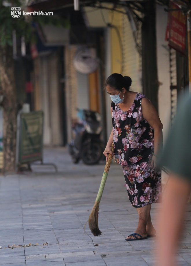 Toàn cảnh Hà Nội trong ngày đầu nới lỏng giãn cách: Đặc sản tắc đường, nhịp sống quay trở lại, người dân ùn ùn ra cửa ngõ rời Thủ đô - ảnh 12